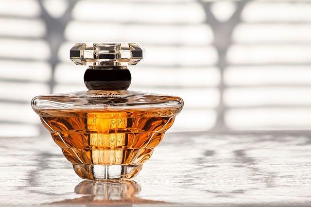 parfum lacome et la vie est belle pour les femmes en beauté
