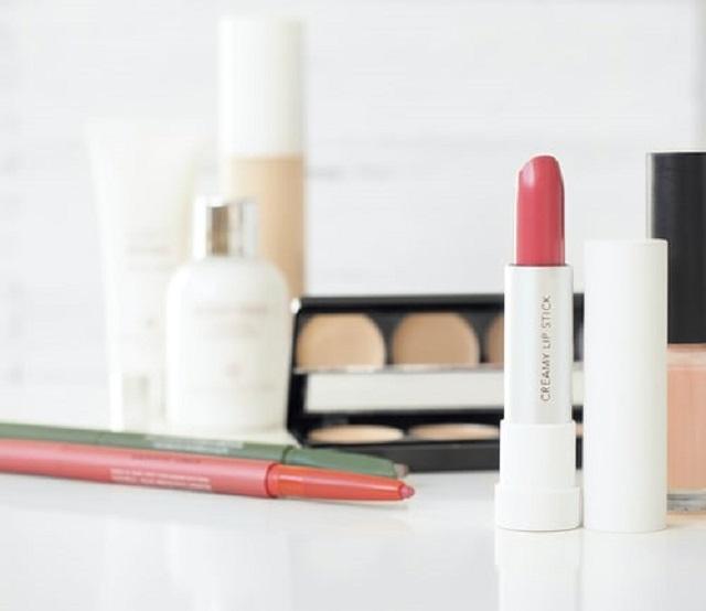 Soins de la peau avant et après le maquillage
